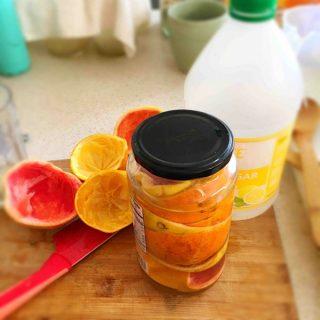Usa las cáscaras de los cítricos para hacer un producto de limpieza natural y casero